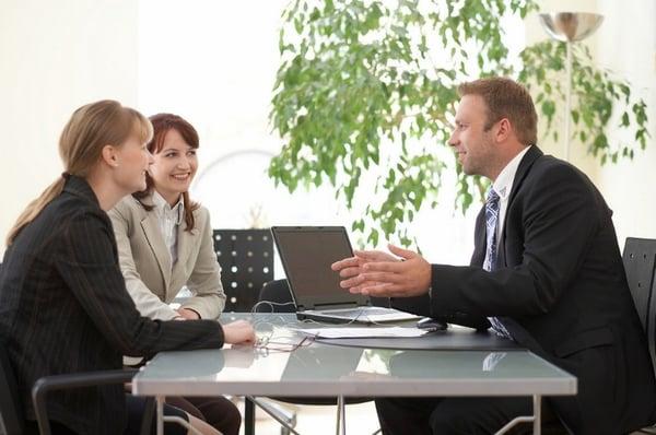 Asiakastapaamisessa voidaan usein ratkaista ongelmat tehokkaasti ja nopeasti.