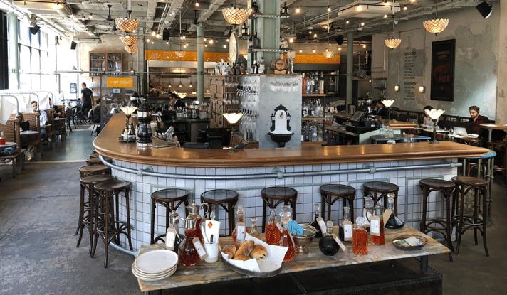 Uusiokäyttöön otettu trendiravintola tarjoaa runsaiden aamupalojen lisäksi muun muassa hot desk palvelua alueen tietotyöläisille.