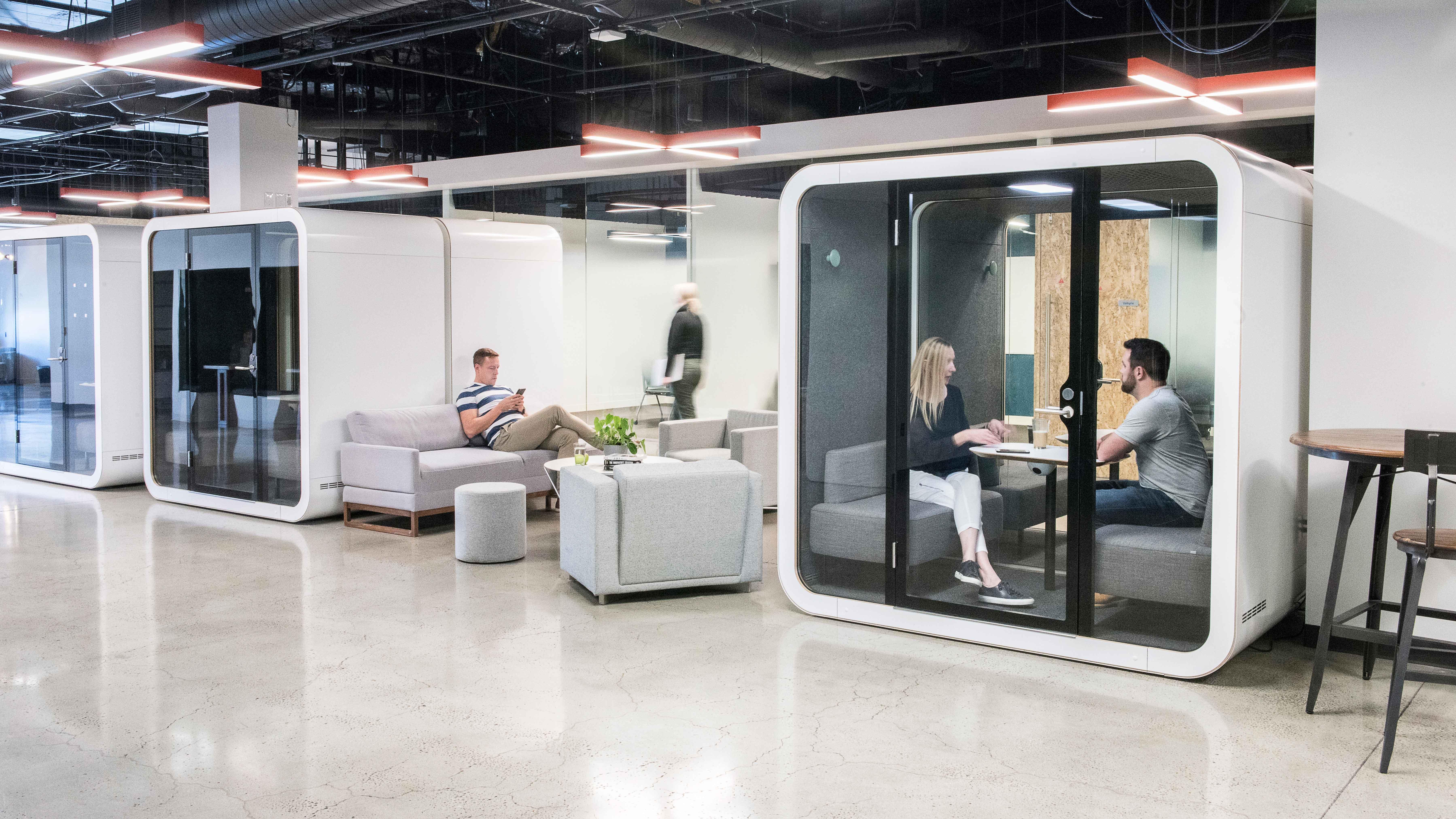 Frameryn puhelinkoppi ratkaisee melu- ja yksityisyysongelmia toimistoissa.