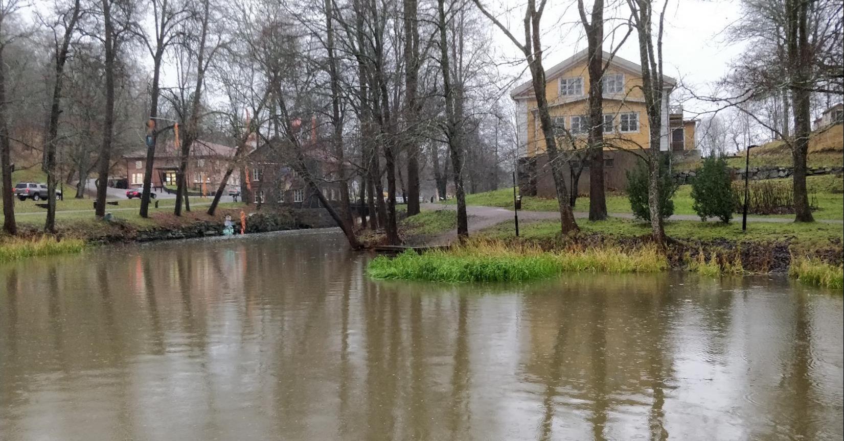 Marraskuun sateet ovat nostaneet Fiskarsinjoen pintaa.län läpi.
