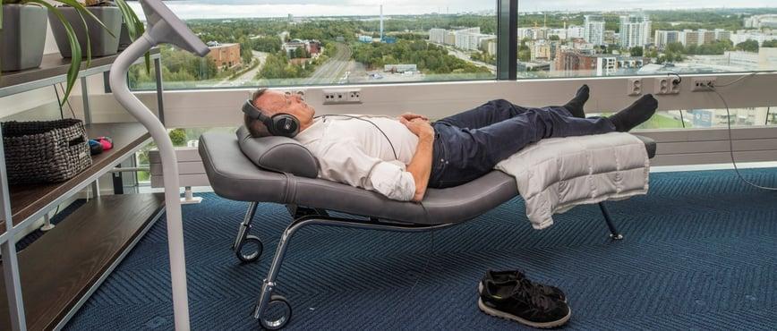 Blogin kirjoittaja Pontus Kihlman rentoutuu työkiireiden lomassa Neurosonic-divaanilla.