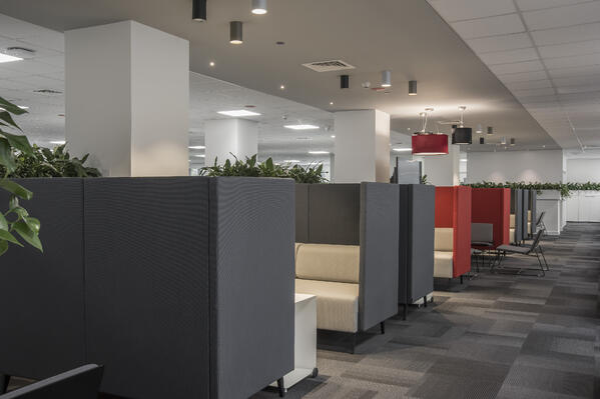 Neuvottelumoduulit tarjoavat yksityistä ja viihtyisää kokoustilaa Canonin uudessa, toimintojen pohjalta suunnitellussa toimistossa.